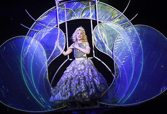 Natálie se jako Glinda vznáší nad jevištěm.