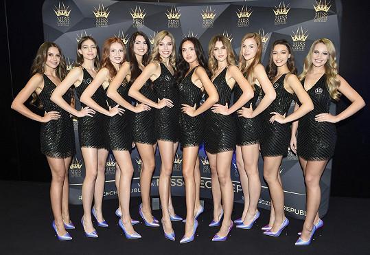 Většina z dívek jsou brunetky.