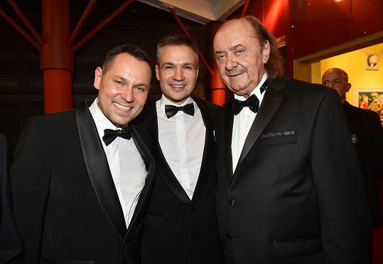 Pavel Vítek, Janis Sidovský a František Janeček dobře vědí, co znamená dress code black tie.