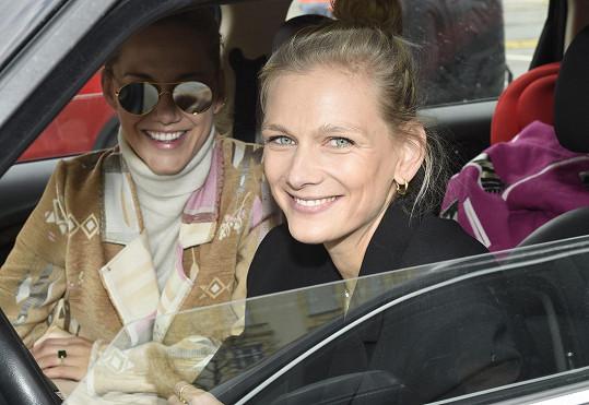 Zuzana Stráská zhlédla přehlídku, jako všichni ostatní, usazená na sedačce auta.
