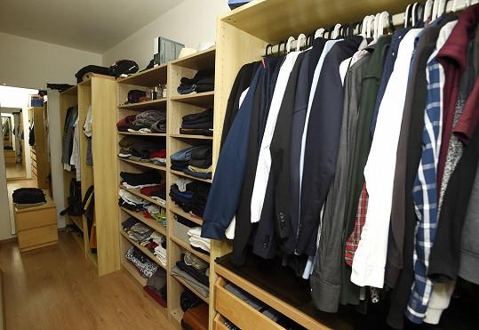 Za ložnicí je chytře vymyšlená šatna.