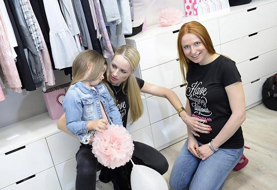 Zajímalo ji těhotenské bříško modelky Romany Pavelkové.