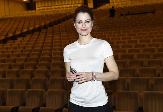 Po představení se převlékla do kalhot a bílého trička a slušelo jí to minimálně stejně jako v kostýmech.