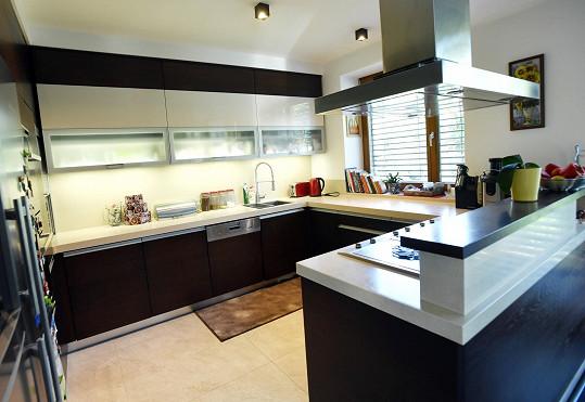 Dům má velkou kuchyni propojenou s obývacím prostorem.