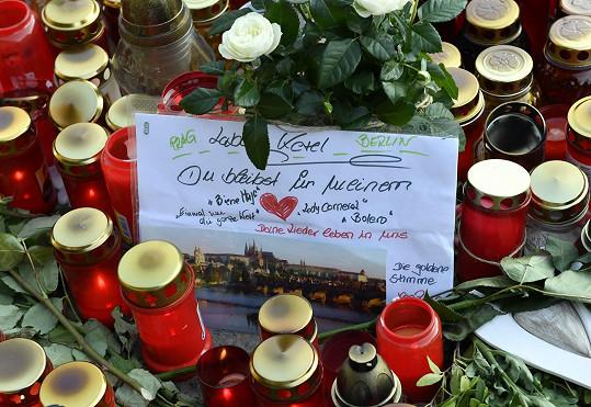 Také němečtí fanoušci přijíždějí uctít památku.