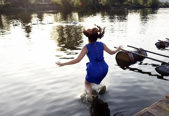 Eva při skoku do Berounky