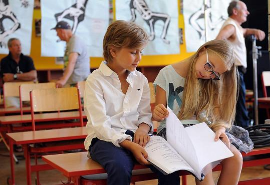 Kordulka a Matyáš Bystroň si pečlivě pročítají scénář.
