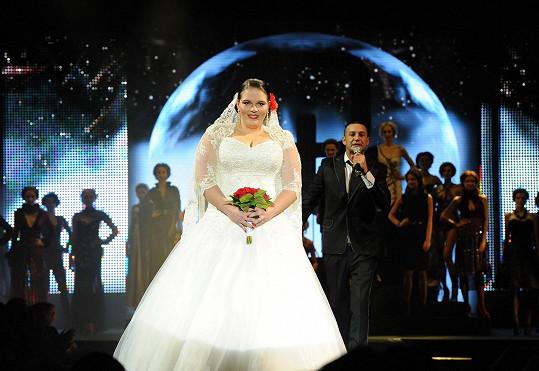 Finální model svatebních šatů vynesla XXXL modelka Veronika Janečková.