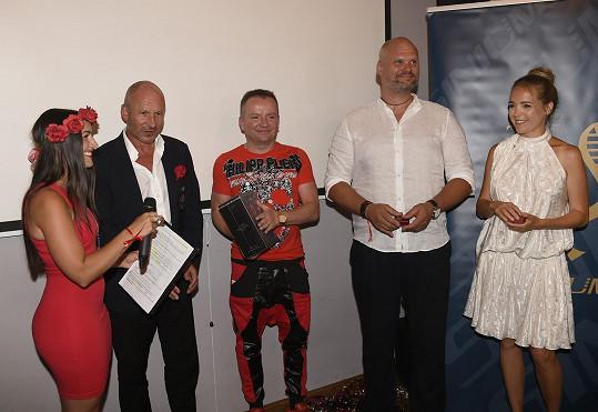Akci moderovala její kolegyně zpěvačka Genny Ciatti a všichni hosté museli mít na sobě prvky červené.