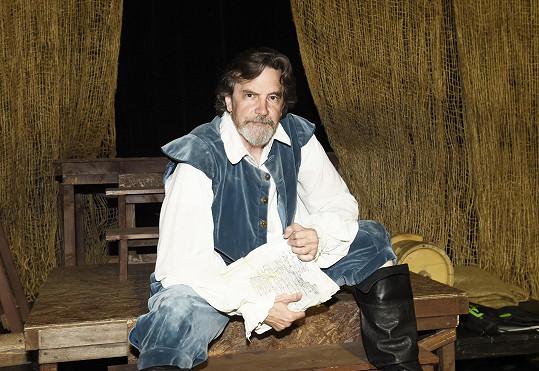 Americký herec Lane Davies se usídlil vpražském Divadle Na Prádle sbroadwayským muzikálem Man Of La Mancha (Muž zLa Manchy).