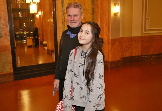 S tátou Zdeňkem Mertou vyrazila Ester na muzikálový koncert.