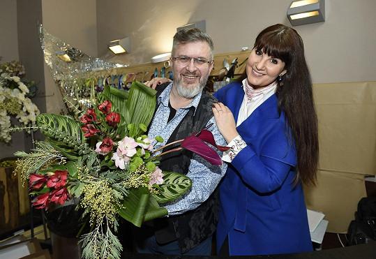 Pavlína Senič s Pavlem Hruškou, který ji zasvěcuje do práce floristky.