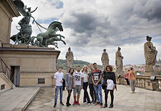 Tereza vyrazila na prohlídku Národního divadla s dětmi z dětských domovů, o které se její nadace stará.