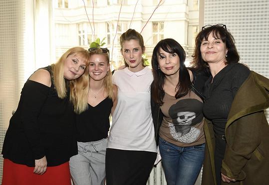 Veronika Gajerová (vlevo) se v seriálu potká s řadou kolegyň včetně Patricie Solaříkové, Jany Bernáškové, Nely Boudové a Jany Krausové.