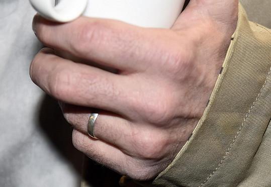 Ruce už jim zdobí snubní prstýnky.