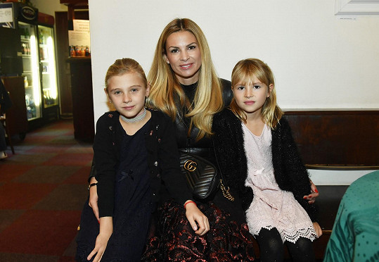 Tereza s dcerou (vlevo)