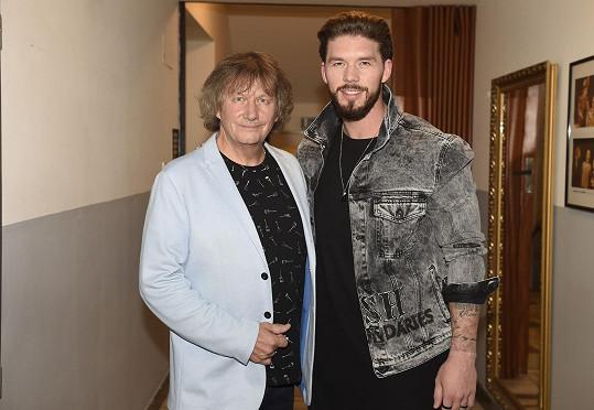 Matyáš s tátou, zpěvákem Standa Hložkem