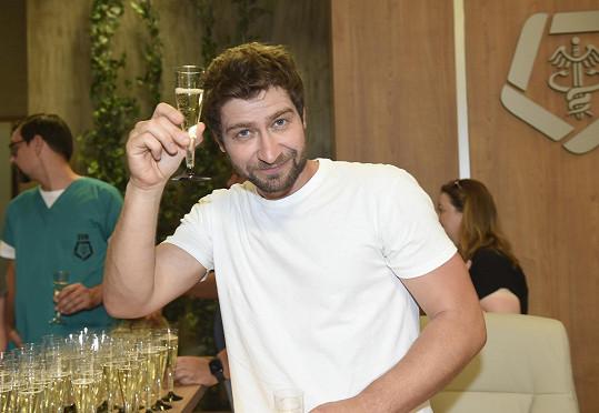 Marek Němec si s kolegy připil na úspěch nově připravovaného seriálu.
