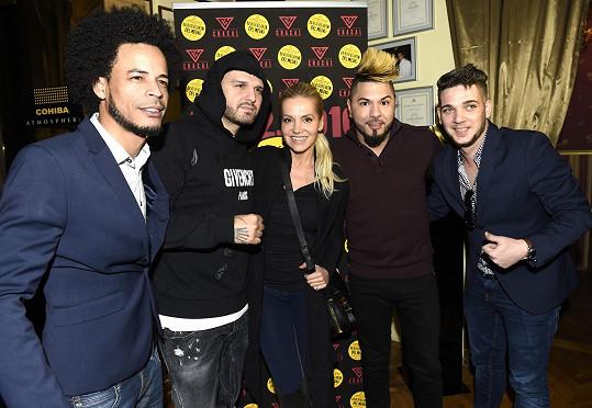 Dara se ve studiu potkala s největšími současnými hvězdami kubánského hudebního nebe. Nyní je pozvala do Prahy a společně s La Bodeguitou del Medio uspořádali koncert latinskoamerické star.