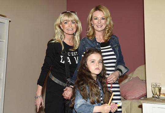 Dorazila s maminkou a dcerou Sárou.
