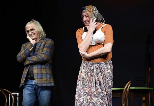 Představení Jak Kubrt se Sněhurkou jeli vlakem uvádělo před pandemií Divadlo Kalich. Vokatá hrála s nimi.