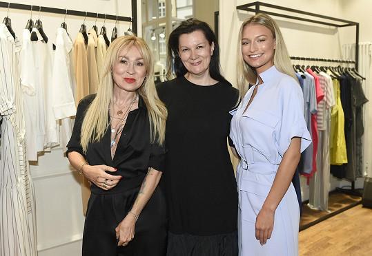 Herečka s návrhářkou Taťánou Kovaříkovou a modelkou Kateřinou Kasanovou