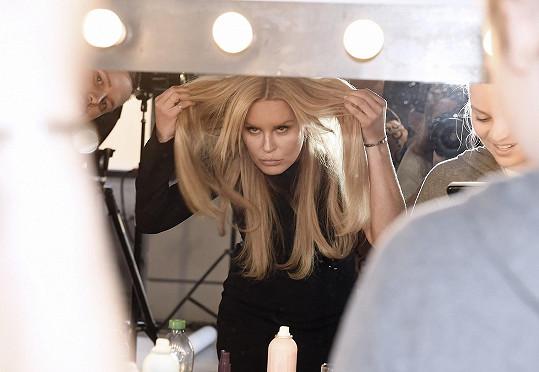 Fotila kampaň na prodloužené vlasy.