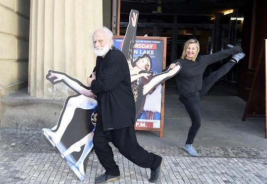 Vanda se slavným klaunem blbla před divadlem.