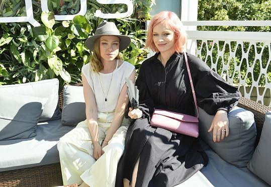 S kamarádkou, návrhářkou Josefínou Bakošovou vyrazily na párty do Iqos lounge.