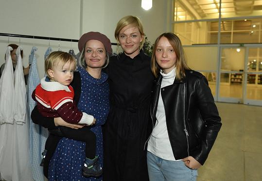 Představení kolekce si nenechala ujít Lenka Neužil Stárková (vlevo).