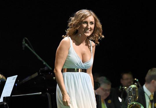 Zpěvačka na koncertě Pocta českému swingu poutala největší pozornost.