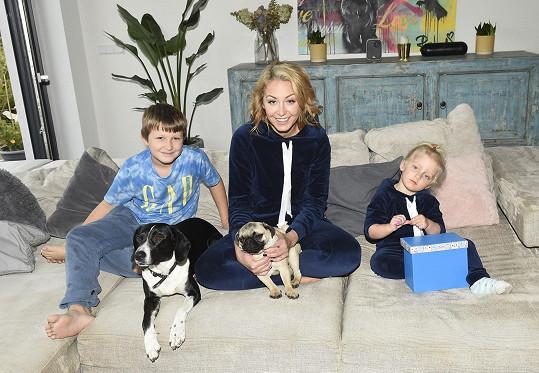 Agáta Hanychová se svými dětmi Kryšpínem a Miou a pejsky Bonnie a Happy