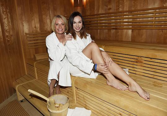 Trávily čas také v sauně.