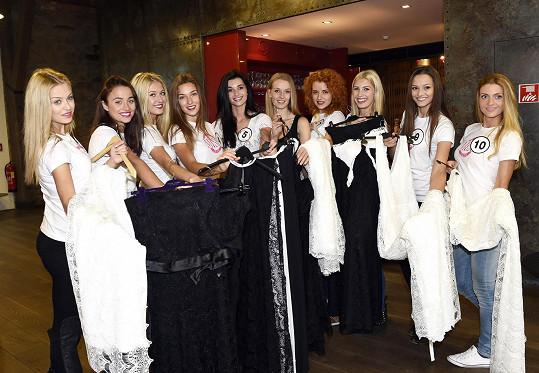 Šaty finalistek na letošním plese v Opeře budou černobílé.
