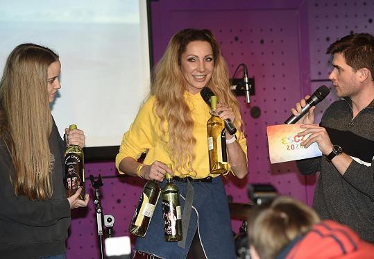 Lounová přinesla pro ostatní finalisty dárky.