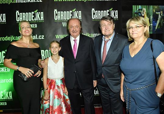 Na premiéře muzikálu Čarodějka s producentem Františkem Janečkem, jeho partnerkou Terezou Mátlovou a dcerou Emily