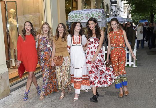 S kolegyněmi modelkami na zahradní párty
