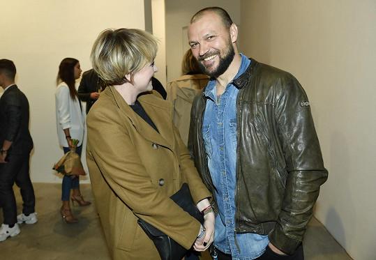 Už spolu chodí téměř rok. Na vernisáž obrazů Matěje Derecka Harda vyrazili bok po boku.