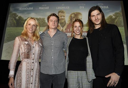Obě herečky s autorem filmu Petrem Kolečkem a zpěvákem Marcelem, jenž nazpíval ústřední píseň.