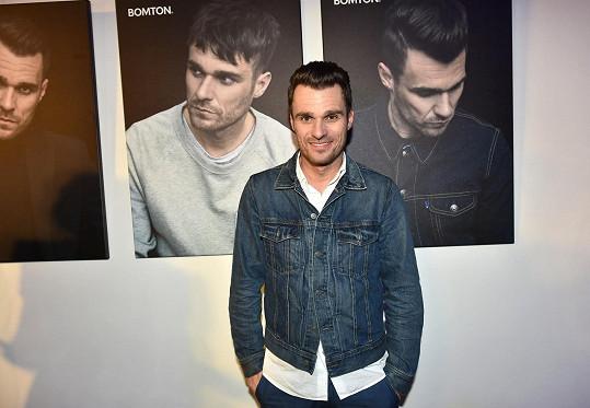 Leoš Mareš na fotografii uprostřed vypadá jako mladíček.