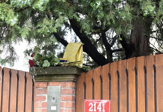 Lidé dnes u vily Karla Gotta nechávali dárky i kytky...