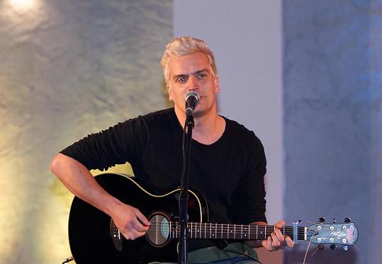 Julián vystupoval na semifinále soutěže Dívka roku.