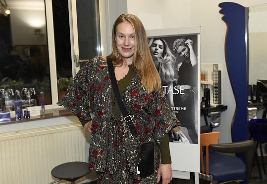 Kateřina je sestrou herečky Anety Krejčíkové.