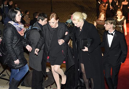 Jana Šulcová přichází s dcerou Rozálií do Rudolfina.