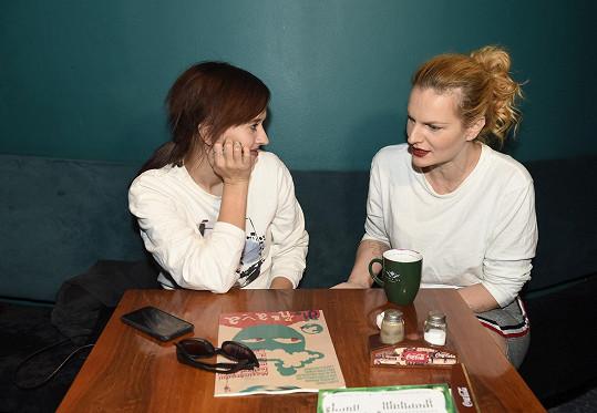 Tamara v družném rozhovoru s Ivou Pazderkovou. Obě budou na Šansoniéře 7. listopadu vystupovat.