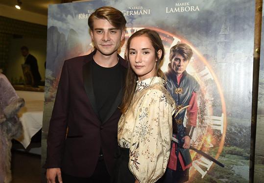 Marek Lambora s Eliškou Křenkovou, kteří v pohádce hrají, na zářijové premiéře v kině Lucerna.