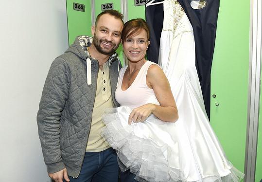 Marek a Olga se před vystoupením museli schovávat v šatně. Pro všechny ve sportovní hale měli být překvapením....
