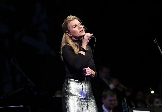 Zpěvačka se také vyjádřila s obdivem k jazzové legendě Evě Olmerové a zazpívala skladbu Černá kára.