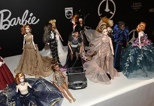 Dražily se tyto panenky oblečené do modelů známých návrhářů.