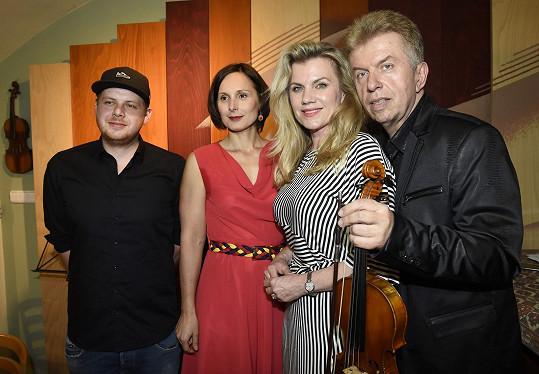 Houslový virtuos s kmotrami klipu Zdeňkou Žádníkovou a Leonou Machálkovou a jeho tvůrcem Martinem Hesem.